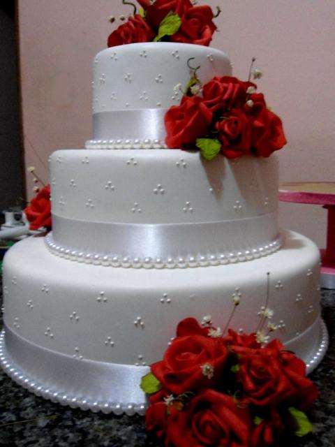 Bolo Fake Casamento com fita de cetim branca e rosas vermelhas