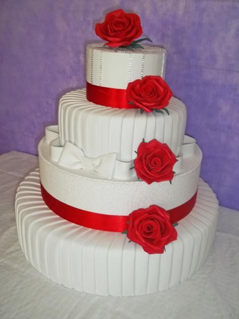 Bolo Fake Casamento de EVA com detalhes em vermelho