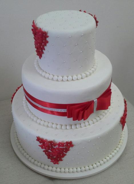 Bolo Fake Casamento branco com pérolas e detalhes em vermelho