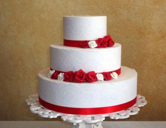 Bolo Fake Casamento de 3 andares branco com rosas vermelhas