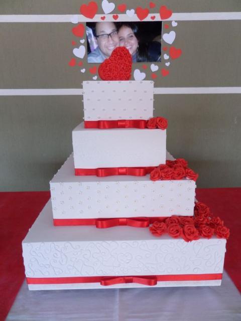 Bolo Fake Casamento quadrado branco e vermelho