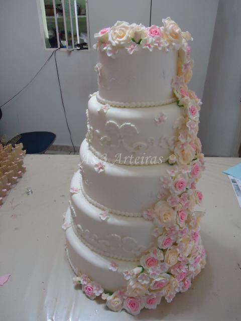 Bolo Fake Casamento de Biscuit com rosas em cascata