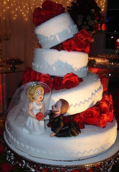Bolo Fake Casamento branco e vermelho no estilo desconstruído