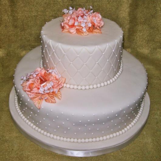 Bolo Fake Casamento branco com detalhes em salmão e pérolas