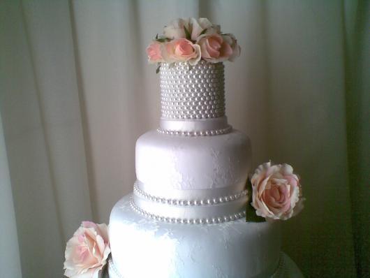 Bolo Fake Casamento branco com fina aplicação de pérolas