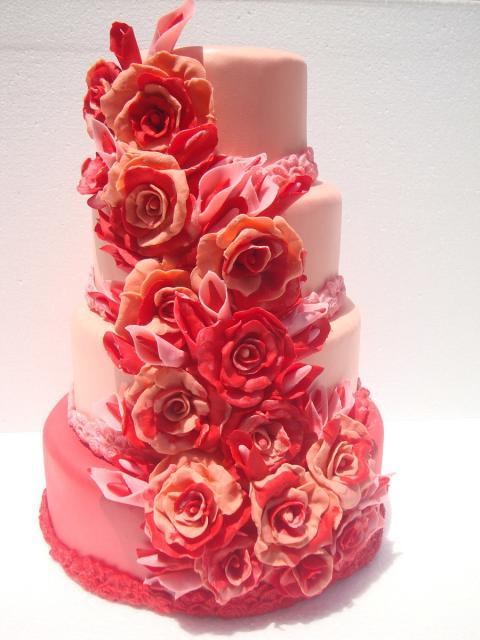 Bolo Fake Casamento chamativo com flores vermelhas e laranja