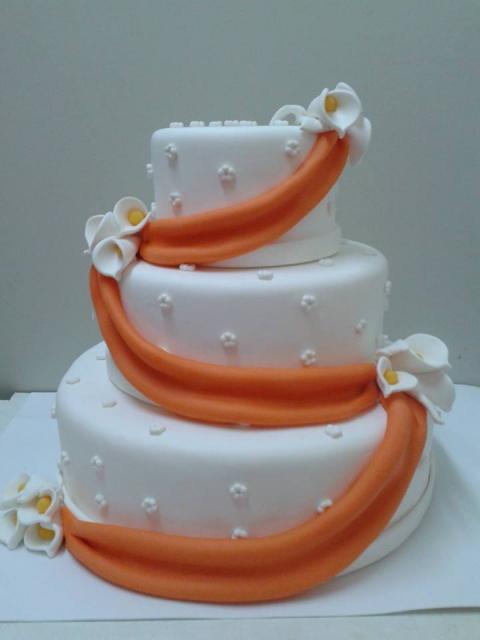 Bolo Fake Casamento branco com faixa nas cores vermelho e laranja