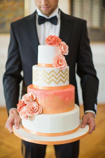 Bolo Fake Casamento chique com as cores branco e laranja em harmonia