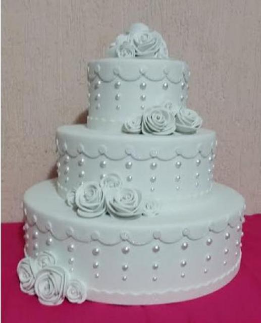 Bolo Fake Casamento Eva Branco com rosas brancas