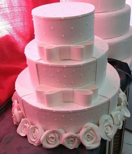 Bolo Fake Casamento EVA decorado com rosas e laços