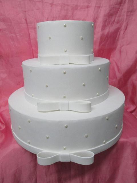 Bolo Fake Casamento EVA branco com pérolas e laços