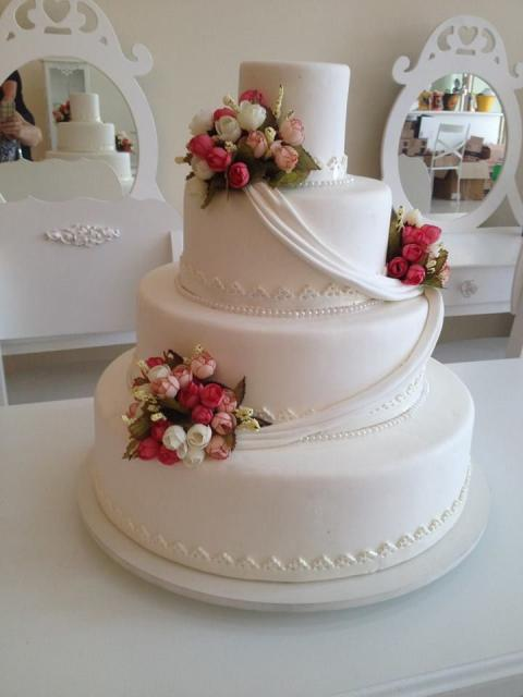Bolo Fake Casamento de Biscuit branco com rosas vermelhas