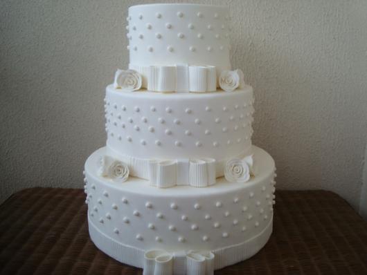 Bolo Fake Casamento de Biscuit branco com pérolas e laço