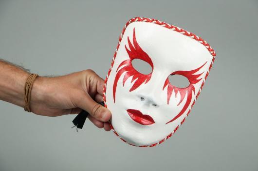 Como Fazer Máscara de Carnaval de papel com detalhes em vermelho