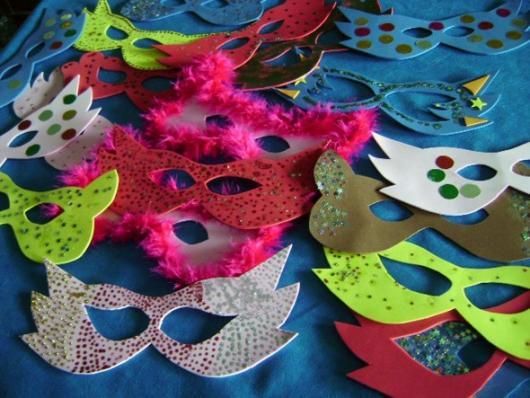 Como Fazer Máscara de Carnaval de EVA com detalhes de plumas e tinta glitter