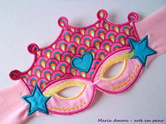 Como Fazer Máscara de Carnaval de EVA com detalhes rosa e estrelas azuis