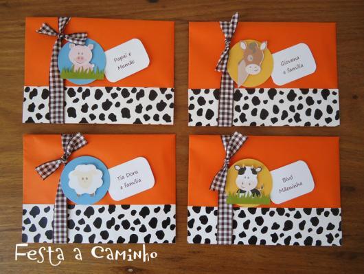 Convites Fazendinha com aplique de bichinho no envelope laranja com faixa animal print