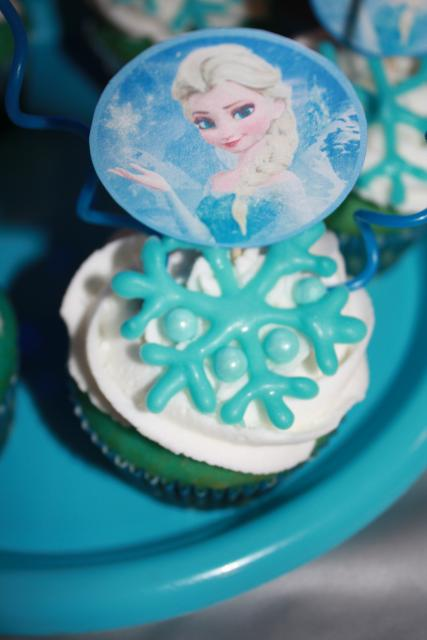 cupcake da Frozen com decoração de papel impresso