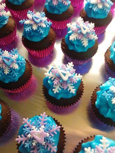 cupcake da Frozen decorado para festa 4 anos
