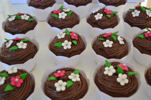 Cupcake de Chocolate decorado com flores de pasta americana