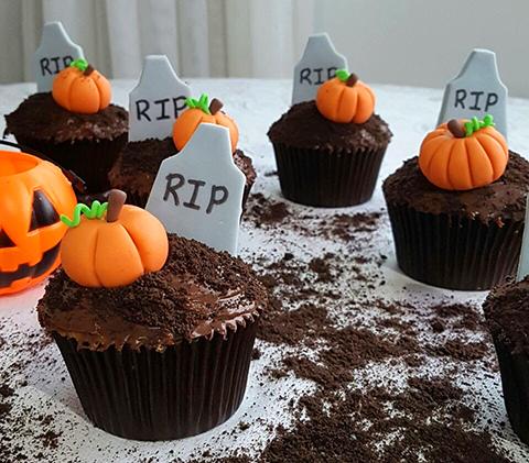 Cupcake de Chocolate para o Holloween decorado com lapide a abóbora de pasta americana