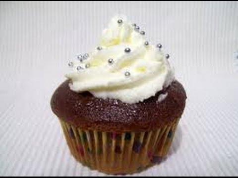 Cupcake de Chocolate decorado com chantilly branco