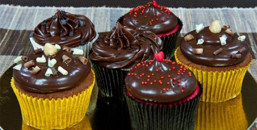 Cupcake de Chocolate decorado com ganache de chocolate