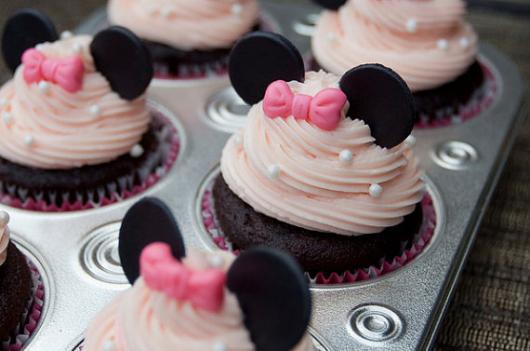 Cupcake de Chocolate decorado com ganache de chocolate branco e aplique de pasta americana da Minnie rosa
