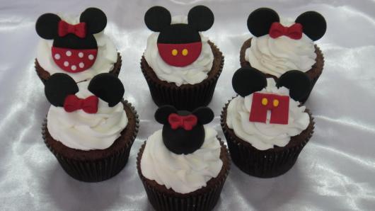Cupcake de Chocolate decorado com chantilly e aplique de pasta americana do Mickey