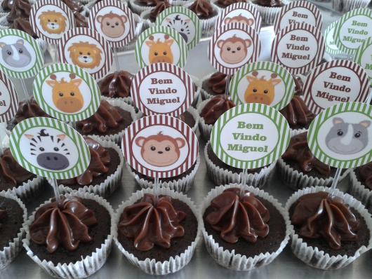Cupcake de Chocolate com topper do tema Safari