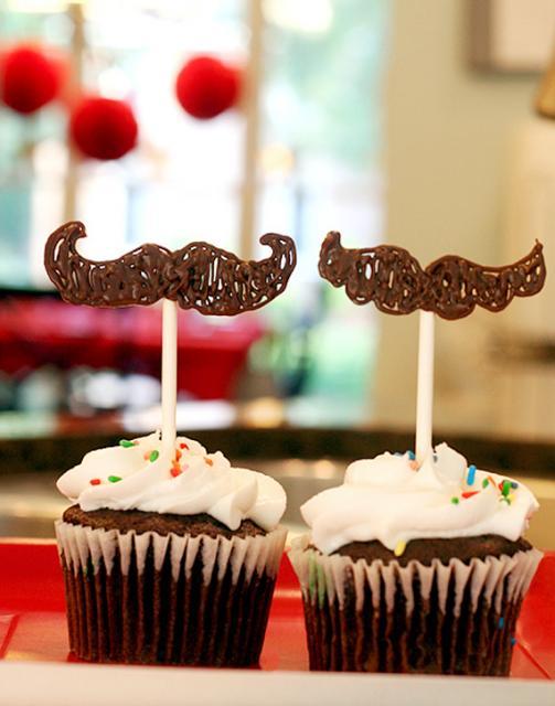 Cupcake de Chocolate com topper de chocolate no formato de bigode