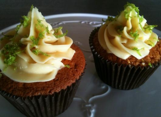 Cupcake de Chocolate com cobertura de ganache de chocolate branco e raspas de limão