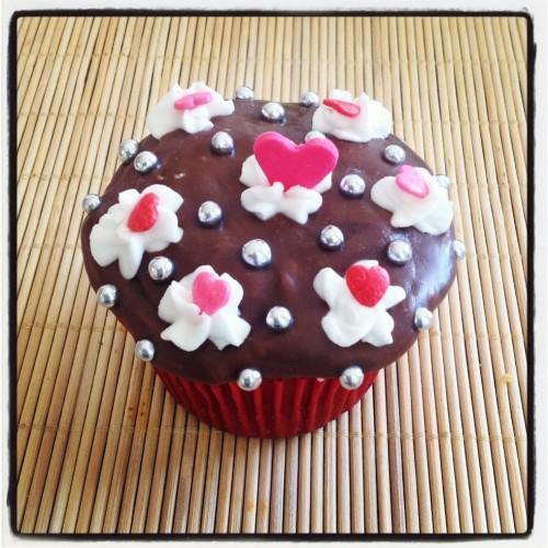 Cupcake de Chocolate decorado com corações de pasta americana vermelhos