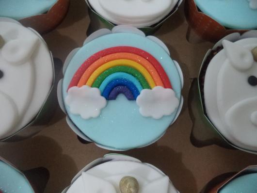 Cupcake de Unicórnio modelo arco-íris decorado com pasta americana