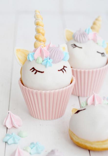 Cupcake de Unicórnio decorado com chifre dourado de pasta americana