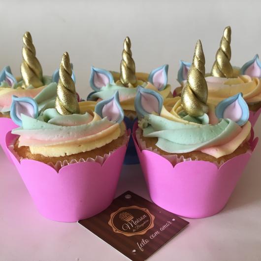 Cupcake de Unicórnio decorado com chifre dourado e wrapper pink