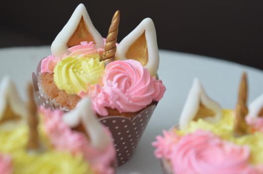 Cupcake de Unicórnio decorado com chifre dourado e glacê