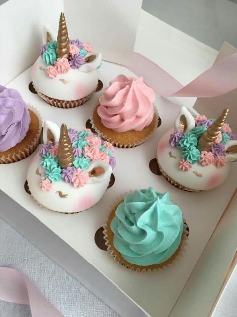 Cupcake de Unicórnio modelos de pasta americana e chantilly