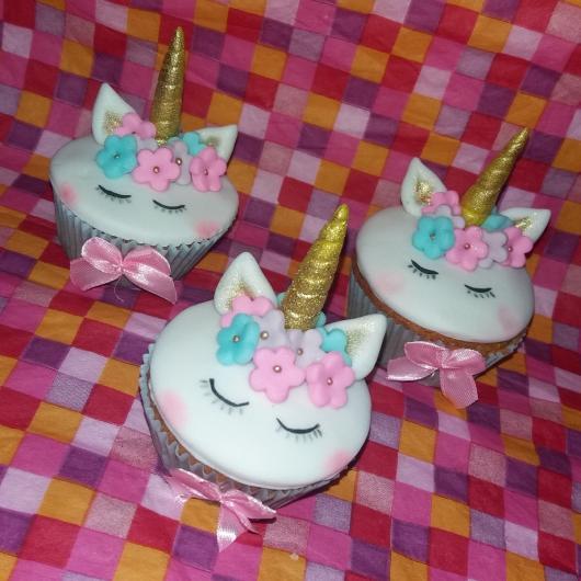 Cupcake de Unicórnio modelo de pasta americana chifre dourado e flores coloridas