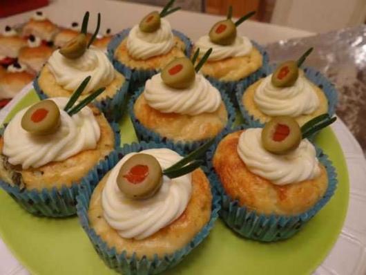 Cupcake Salgado de Liquidificador com cobertura e azeitona