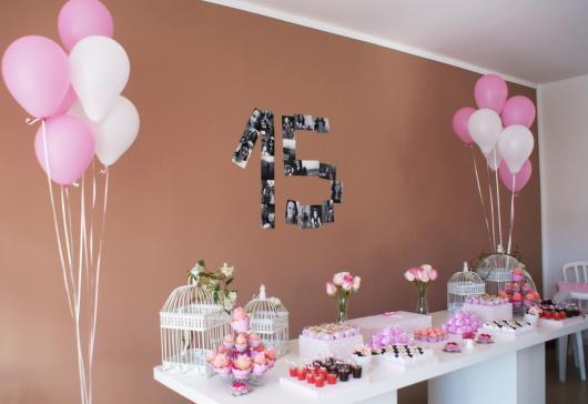 Decoração de 15 anos Simples com balões rosa e branco