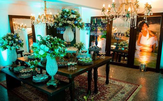 Decoração de 15 anos Azul Tifanny com mesas de madeira e flores