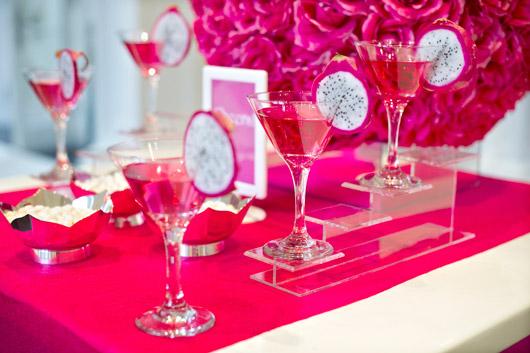Decoração de 15 anos Rosa com drinks decorados com pitaia