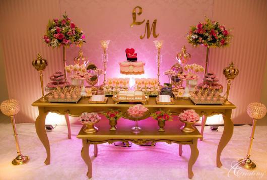 Decoração de 15 anos Realeza com mesas douradas