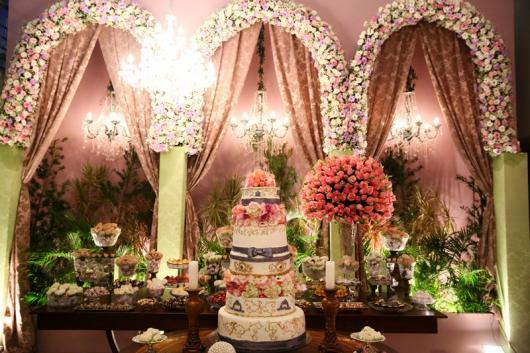 Decoração de 15 anos Realeza com cortina de flores