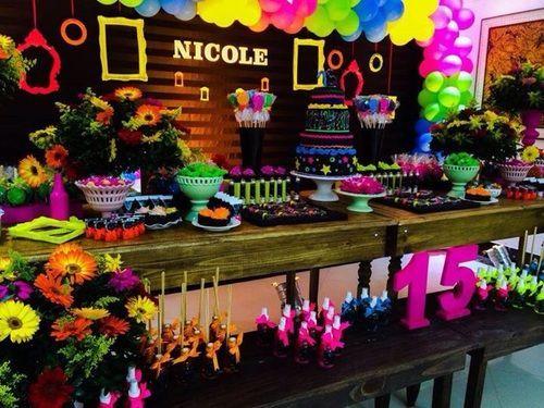 Decoração de 15 anos Neon com balões coloridos