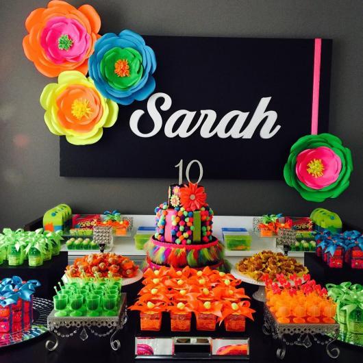 Decoração de 15 anos Neon com flores de cores fluorescentes
