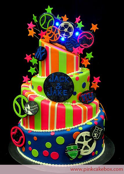 Decoração de 15 anos Neon com bolo fluorescente