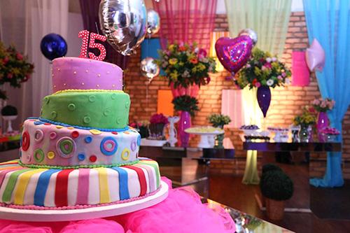 Decoração de 15 anos de Festa à Fantasia com bolo colorido