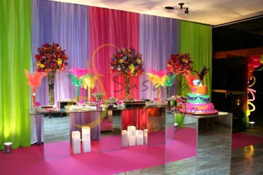 Decoração de 15 anos de Festa à Fantasia com velas e flores naturais